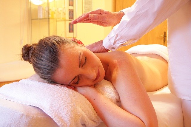 What is a lomi lomi massage?